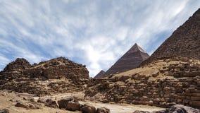 Timelapse con las nubes sobre las grandes pirámides en Giza El Cairo en Egipto - enfoque adentro de la pirámide de piedra almacen de metraje de vídeo