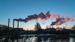 Timelapse Contaminación atmosférica de los tubos de la planta industrial almacen de video