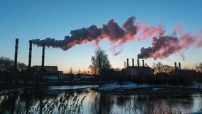 Timelapse Contaminación atmosférica de los tubos de la planta industrial metrajes