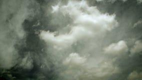Timelapse d'annata delle nuvole bianche piacevoli in un giorno soleggiato che si muove in due direzioni differenti - tono caldo d video d archivio
