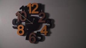 Timelapse d'horloge murale originale avec différents nombres de couleur et mains d'horloge argentées banque de vidéos