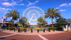 Timelapse d'Orlando Eye sur le fond bleu-clair nuageux de ciel dans la région internationale d'entraînement banque de vidéos
