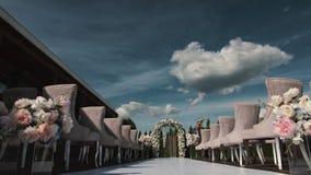 Timelapse d'une belle décoration l'épousant avant cérémonie dans 4K Ciel bleu et nuages blancs profonds clips vidéos