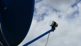 Timelapse da antena da televisão satélite filme
