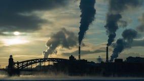 Timelapse da arquitetura da cidade do inverno com a ponte sobre o rio, as casas, as chaminés e o fumo filme