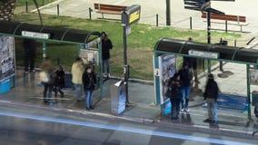 Timelapse da cidade da noite com a parada do ônibus, onde espere os povos do transporte filme