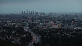 Timelapse da cidade da skyline de Los Angeles com zumbido A transição bonita do crepúsculo à noite ilumina DTLA de negligência e video estoque