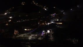 Timelapse da estância de esqui na noite vídeos de arquivo
