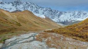 Timelapse da estrada que corre para baixo a lugar turístico surpreendente perto do rio no vale da montanha no pé do Mt Shkhara 5. filme