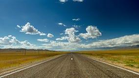 Timelapse da estrada reta e do céu nebuloso 4k video estoque