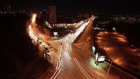 Timelapse da noite do tráfego urbano video estoque
