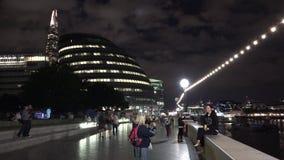 Timelapse da noite da rua da câmara municipal de Londres animado por turistas video estoque