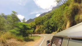Timelapse da opinião da estrada da montanha do carro em Ella, Sri Lanka filme