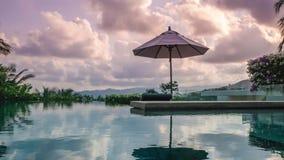 Timelapse da piscina na casa de campo luxuosa no por do sol Bandeja vertical vídeos de arquivo