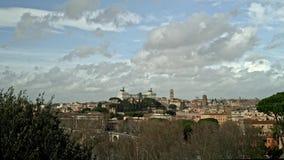 Timelapse da skyline de Roma no dia nebuloso Roma ? o destino o mais pedido do turista no mundo vídeos de arquivo