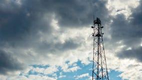 Timelapse da torre de comunica??es com fundo do c?u e da nuvem antena vídeos de arquivo