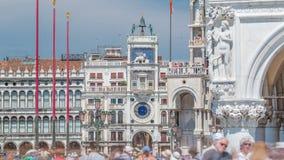 Timelapse da torre de pulso de disparo do ` s de St Mark na praça San Marco, fachada, Veneza, Itália vídeos de arquivo