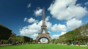Timelapse da torre Eiffel com as nuvens brancas que passam em cima em Paris, França filme