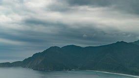 Timelapse da vista panorâmica da costa e da baía de mar em Taiwan no tempo nebuloso vídeos de arquivo