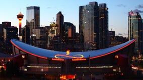 Timelapse dag till natten av den Saddledome arenan i Calgary, Kanada 4K stock video