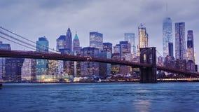 Timelapse dag till natten Regniga Manhattan och den Brooklyn bron Blasten av skyskraporna i moln drunknar natt lager videofilmer