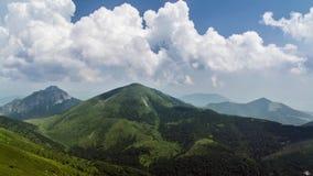 Timelapse das nuvens de cúmulo que movem-se sobre montanhas em Eslováquia - céu antes da tempestade - natureza bonita - hd comple vídeos de arquivo