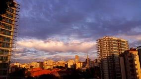 Timelapse das nuvens e da arquitetura da cidade filme