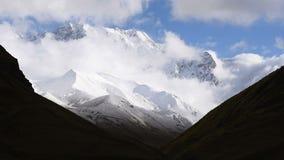 Timelapse das nuvens grossas que flutuam sobre montanha turística surpreendente Shkhara do lugar, região de Svaneti, ao longo do  video estoque