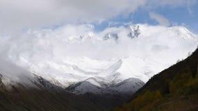 Timelapse das nuvens grossas que flutuam sobre montanha turística surpreendente Shkhara do lugar, região de Svaneti, ao longo do  vídeos de arquivo