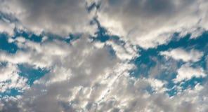 Timelapse das nuvens que movem-se no céu Dia, close up filme