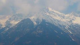 Timelapse das nuvens sobre picos de montanha nevado, cumes austríacos vídeos de arquivo