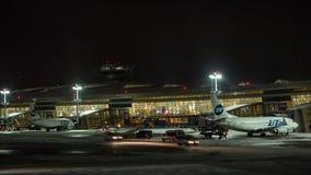 Timelapse de aviones y de vehículos en el aeropuerto en la noche, Moscú de Vnukovo almacen de metraje de vídeo
