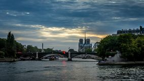 Timelapse de barcos iluminados en París en la noche, con la catedral del Notre-Dame de Paris en el fondo, visión desde el puente  metrajes