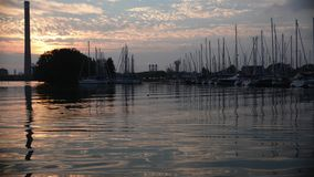 Timelapse de barcos y de yates en la puesta del sol almacen de video
