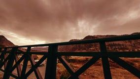 Timelapse de barrière en bois sur la haute terrasse au paysage de montagne avec des nuages Mouvement horizontal de glisseur banque de vidéos