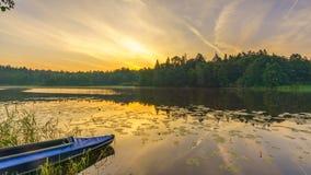 Timelapse de beau lever de soleil calme au-dessus de lac de forêt banque de vidéos