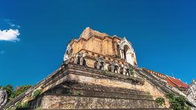 Timelapse de Chedi Luang en Chiang Mai, Tailandia en día soleado brillante con el cielo azul claro almacen de video