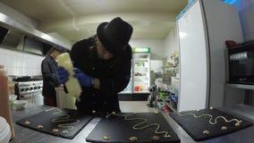 Timelapse de chef garnissant des plats pour les servir aux clients de restaurant clips vidéos