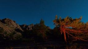 Timelapse de ciel nocturne au-dessus des montagnes de Kyzyl-Arai banque de vidéos