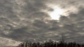 Timelapse de Cloudscape Sun que quebra através da massa da nuvem vídeos de arquivo