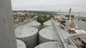 Timelapse de colheitas de grão da carga do navio no cargueiro maioria através do tronco para abrir posses da carga no terminal do filme