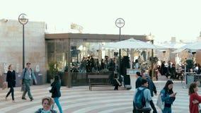 Timelapse de compradores y de turistas en la alameda del aire abierto de la calle de las compras del Mamilla en Jerusalén metrajes