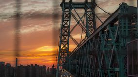 Timelapse de coucher du soleil au-dessus du pont de Williamsburg, gratte-ciel du côté est inférieur de Manhattan clips vidéos