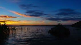 Timelapse de coucher du soleil avec le beau ciel nuageux au-dessus du réservoir de Bukhtarma, banque de vidéos