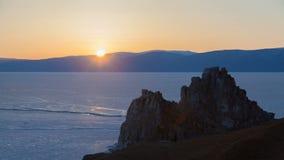 Timelapse de coucher du soleil d'hiver de Burkhan de cap de nature du lac Baïkal banque de vidéos