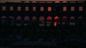 Timelapse de coucher du soleil dans le Pula, Croatie avec le fond du Colosseum clips vidéos