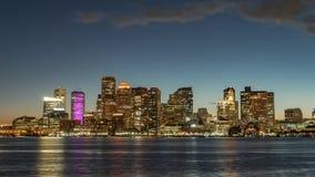 Timelapse de crepúsculos en el centro de la ciudad de Boston, los E.E.U.U. Barcos en la bahía de Boston metrajes