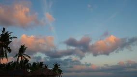 Timelapse de cumulus pendant le coucher du soleil banque de vidéos