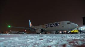 Timelapse de descongelar el avión de FlyDubai en la noche del invierno en el aeropuerto de Sheremetyevo almacen de metraje de vídeo