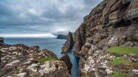 Timelapse de desplazamiento espectacular de la cámara de la costa escarpada de Faroe Island metrajes